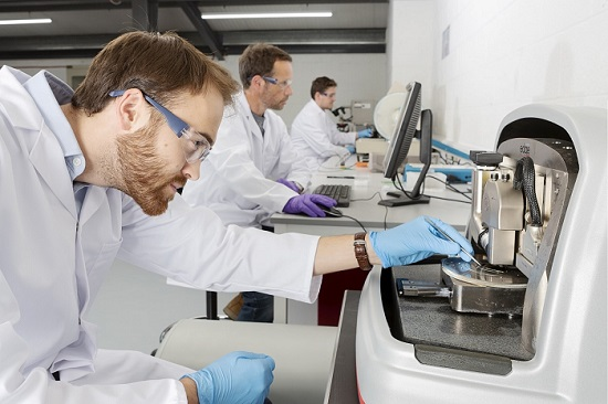 Workers in Paragraf Analysis Lab