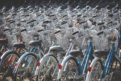 a row of bicyles  in a rack_Image by Free-Photos from Pixabay
