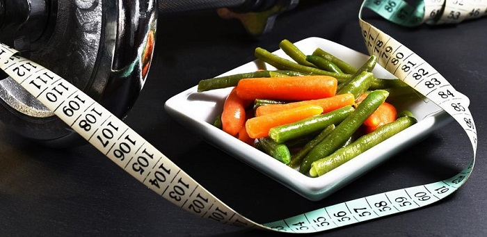 Plate of vegetables and tape measure./ Fitness  Credit: zuzyusa