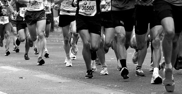 marathon runners' feet and legs _cropped_Image by wal_172619 from Pixabay