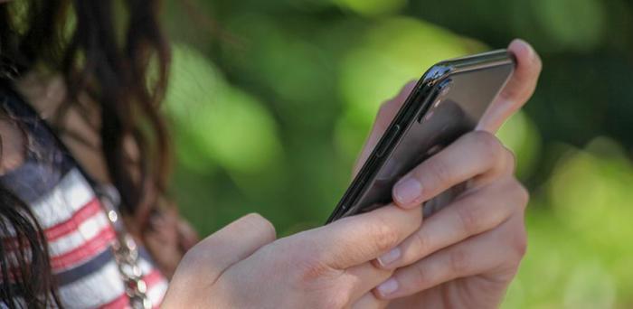 Girl  texting on smartphone_Credit: Jasmin Sessler from Pixabay